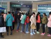 孩子们在宜良一医院等待拍片取模