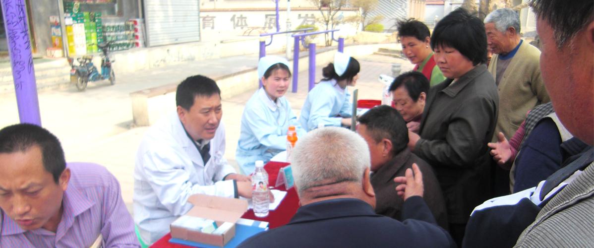 刘玉翔教授为患者做免费义诊