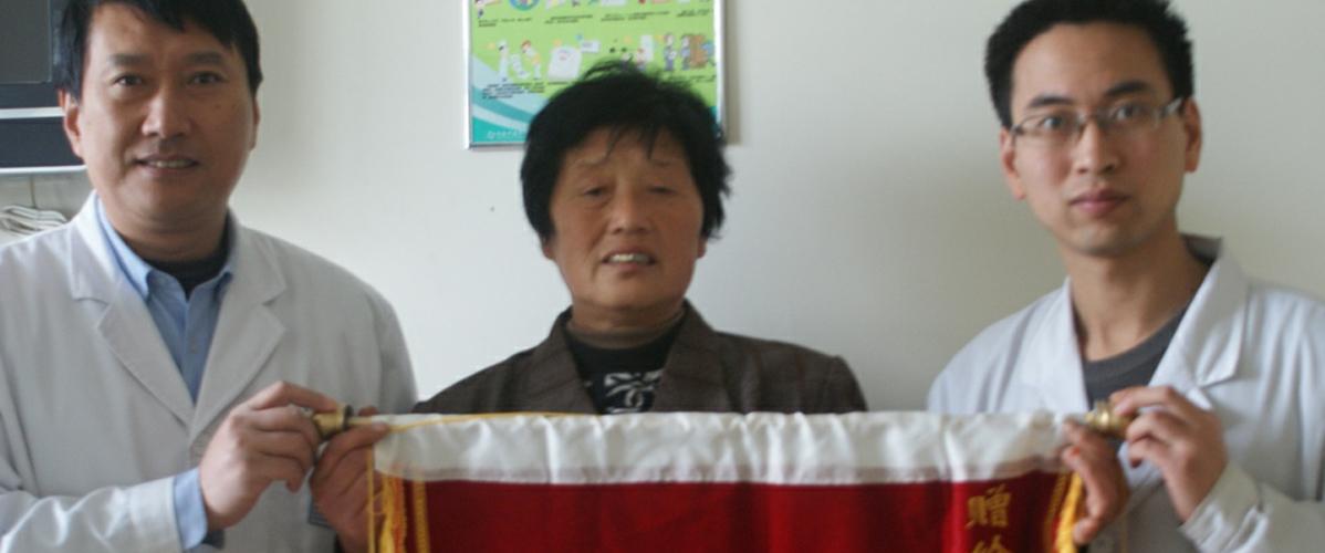 康复患者亲自为刘教授赠锦旗